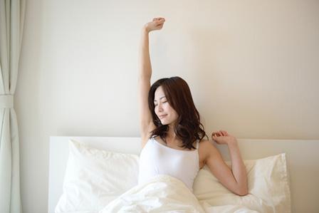 朝起きる女性の画像